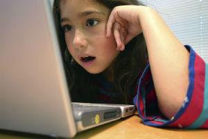 Дети сталкиваются в интернете с информацией, способной нанести ему вред