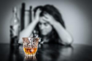 Пытаясь поднять себе настроение алкоголем, человек уходить в еще более глубокую депрессию