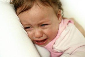 Когда ребенок долго плачет у него высвобождается кортизол, токсичный для нейронов головного мозга