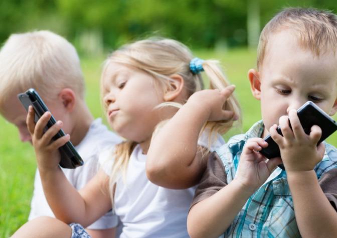 Компьютер и смартфон замедляют интеллектуальное и психологическое развитие ребенка