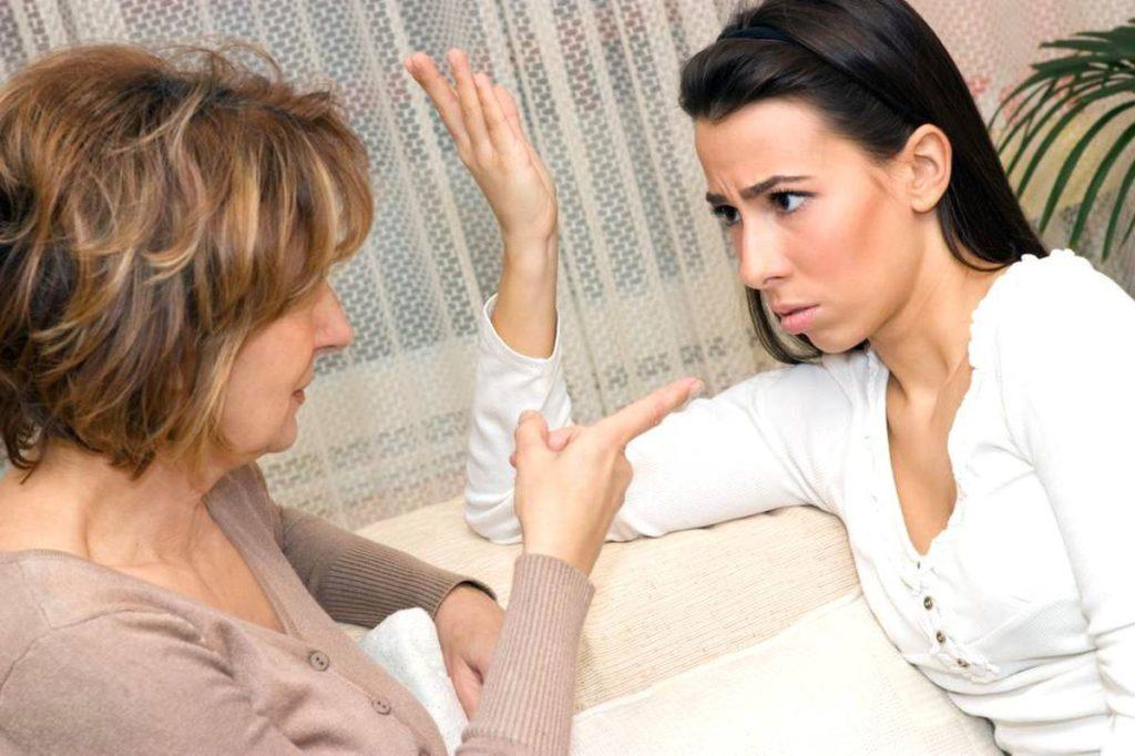 Родители мало знают о жизни своих детей, но пытаются ее контролировать и навязывать свое мнение