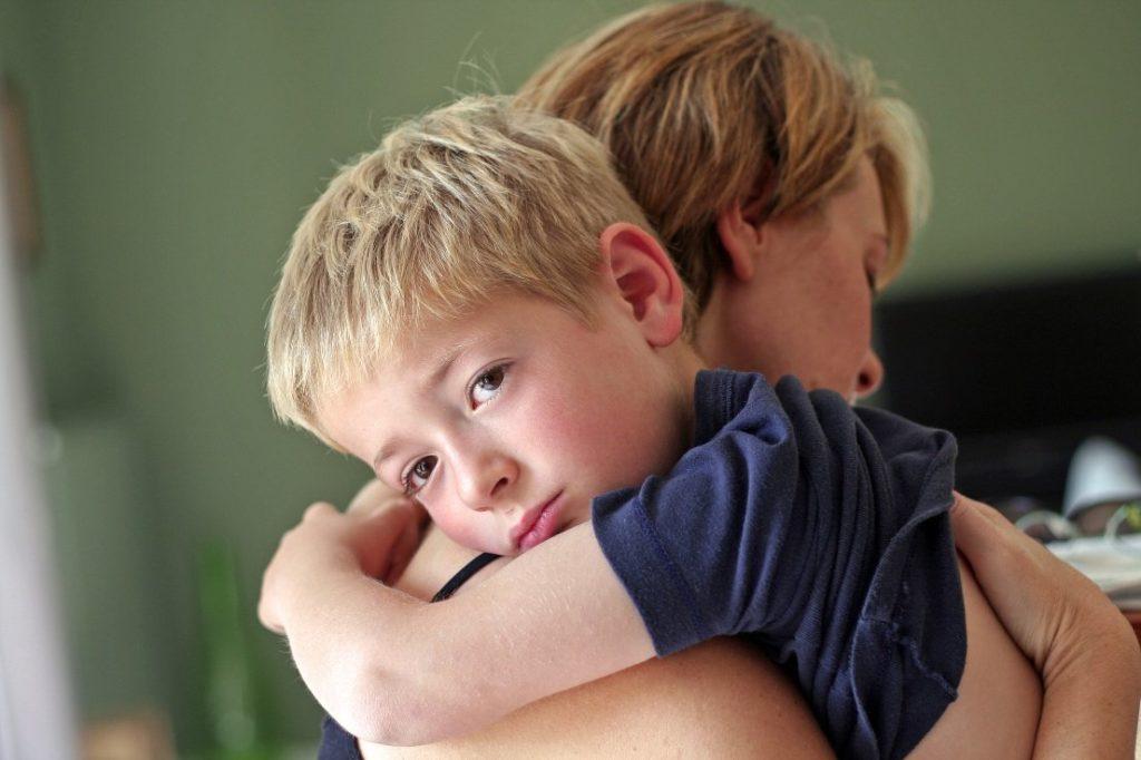Обидчивый ребенок манипулирует взрослыми и получает желаемое