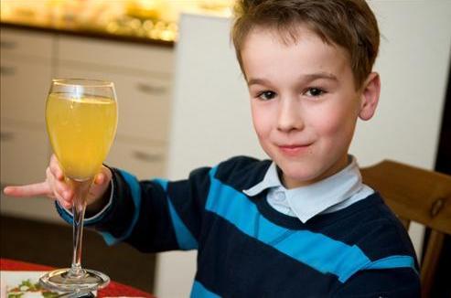 Употребление алкоголя не считается зазорным в семьях пьющих людей