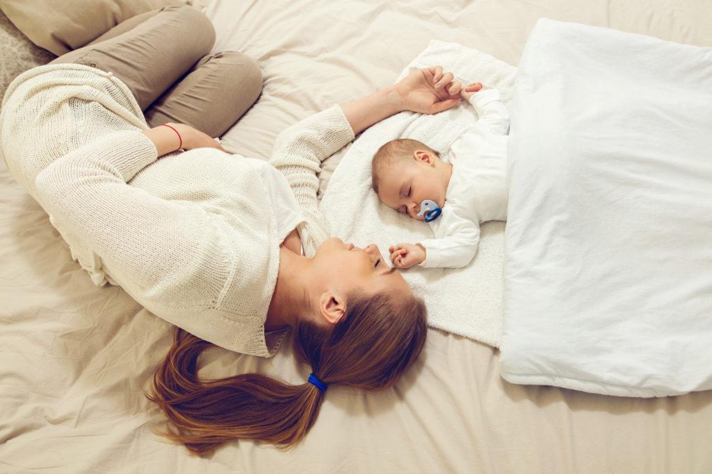 Ребенок на грудном вскармливании будет ночью просыпаться чаще, чем на искусственном