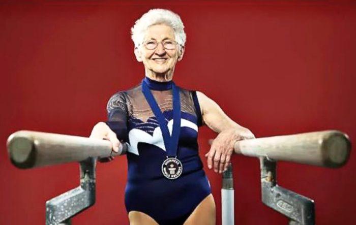 Грациозная гимнастка на пенсии, 87 лет