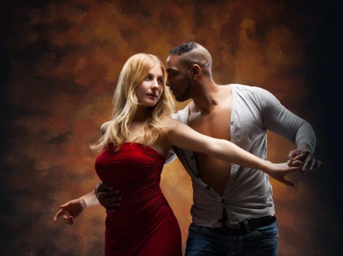 Лучше всего объятиям учат танцы