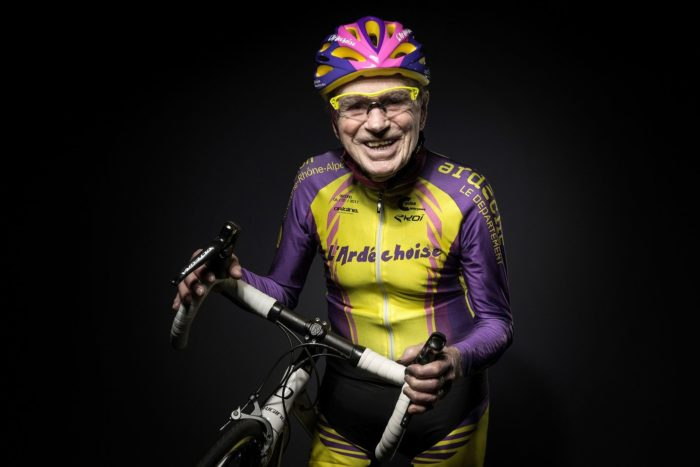 Жизнерадостный пенсионер на велосипеде