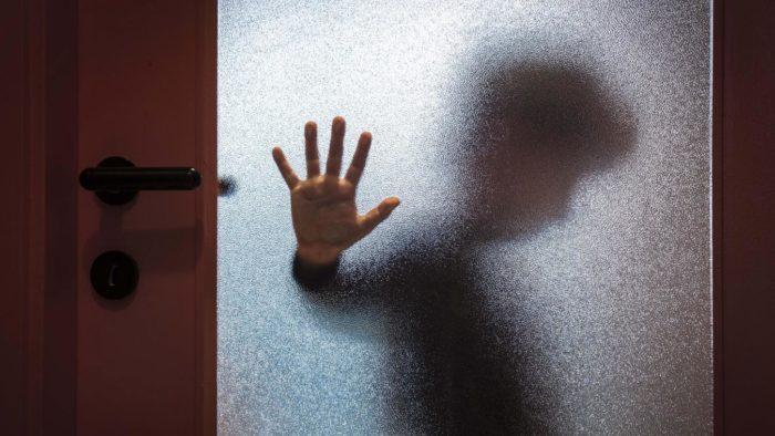 Частое оставление ребенка одного или в компании другого человека лишают его чувства защищенности и порождают детские страхи