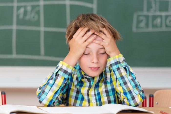 Дети с синдромом дефицита внимания и гиперактивности испытывают проблемы в учебе.