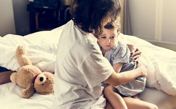 До трех лет мать играет ключевую роль в воспитании ребенка. Помимо физиологических потребностей она обеспечивает необходимость в эмоциональном контакте.
