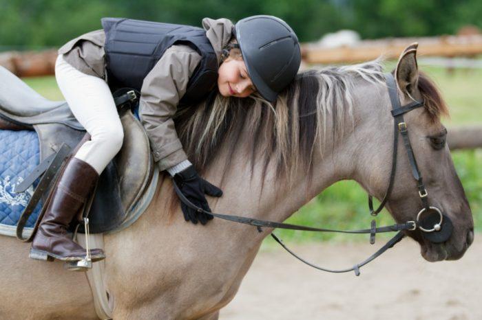 Катание на лошадях – лучший вариант активного хобби для детей с синдромом дефицита внимания и гиперактивности.