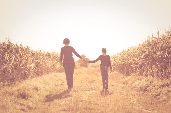 В подростковом возрасте родителям нужно самим затрагивать вопросы, которые стесняется задать ребенок