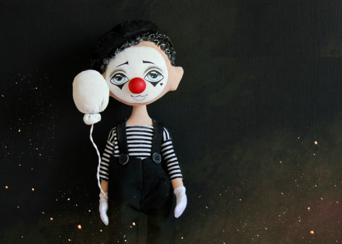 Носить маску вечного клоуна многие люди привыкают с детства