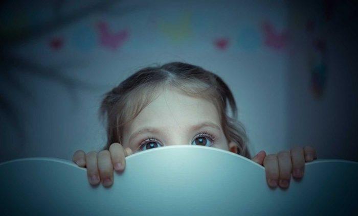 Ребенок может страдать излишней тревожностью как ввиду индивидуальных особенностей, так и по причине неправильного воспитания