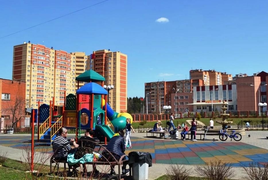 Селятино, сквер Радужный с детской площадкой, где любят проводить время родители с детьми.