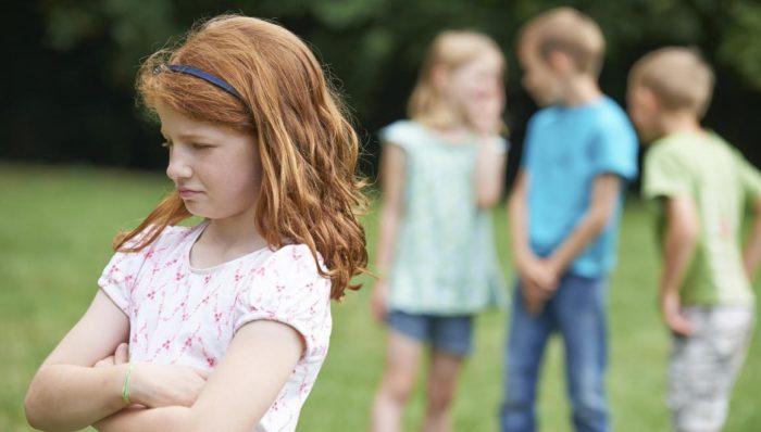 Проблемы в общении со сверстниками – прямое следствие гиперопеки над ребенком